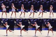 ピアースが得意とした両手バックでのハイボールの強打。ボールを厚く捉え、前に押す技術に長けていた。写真:スマッシュ写真部