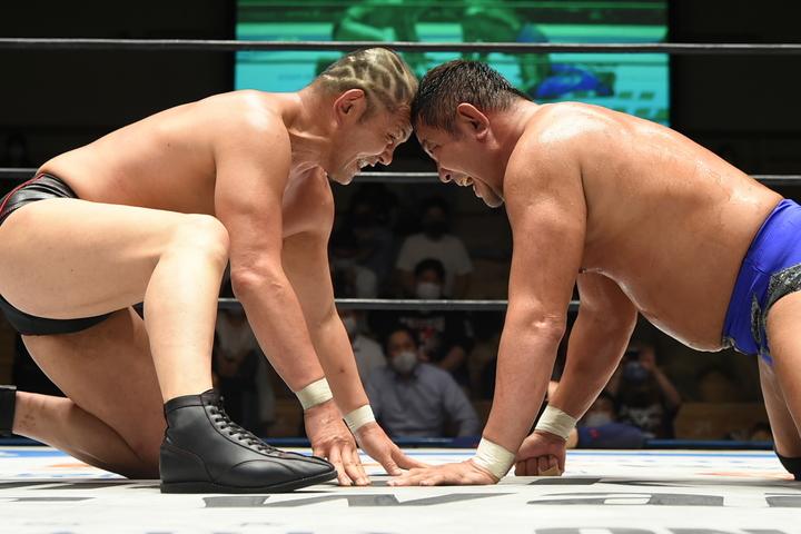 のっけからバチバチの火花を散らす鈴木みのる(左)と永田裕志(右)。(C)新日本プロレス