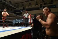 NEVER無差別級のベルト手に、チャンピオンの鷹木対して「獲りに来いよ」と挑発したみのる。(C)新日本プロレス