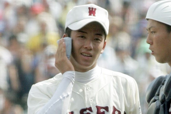 斎藤がハンカチで汗を拭く姿が世間で話題となり、同じハンカチを欲しがるファンが後を絶たなかった。写真:産経新聞社