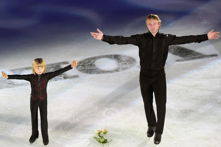 アイスショーで共演するプルシェンコ父子。すでにサーシャくんにはスターのオーラが……。(C)Getty Images