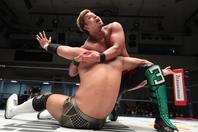 初のタイトル奪取へ向けてオカダに対して意地を見せたYOSHI-HASHI。(C)新日本プロレス