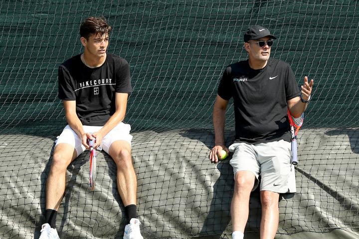 アメリカの若手選手、フリッツ(左)を指導するアナコーン氏(右)。(C)GettyImages