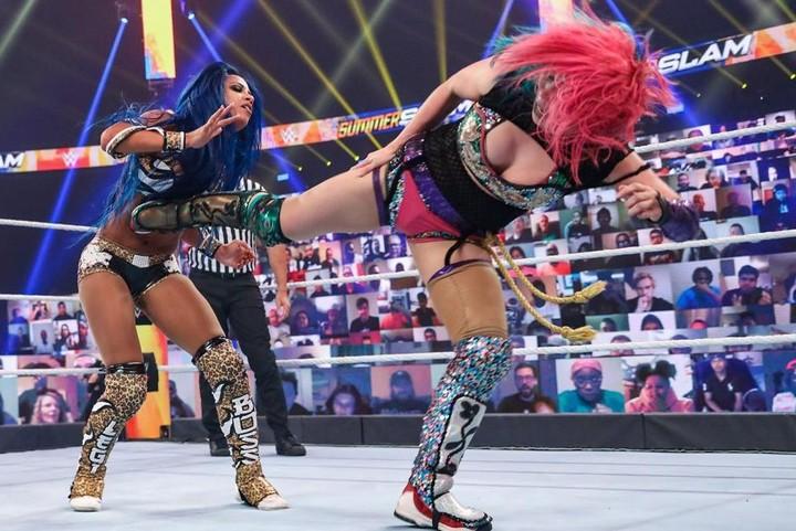 2冠取りはならなかったが、ロウ王座の奪還に成功したアスカ(右)。(C)2020 WWE,Inc. All Rights Reserved.
