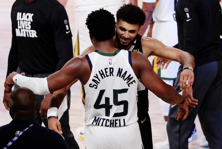 シリーズを通じて目覚ましい活躍を見せたマレーとミッチェルの両エース。試合後は互いの健闘を称え合った。(C)Getty Images