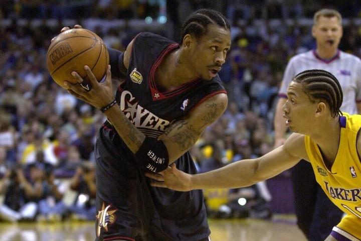 アイバーソンがルー(右)を跨いだ事件は「決して敬意を欠いたわけではない」という。(C)Getty Images