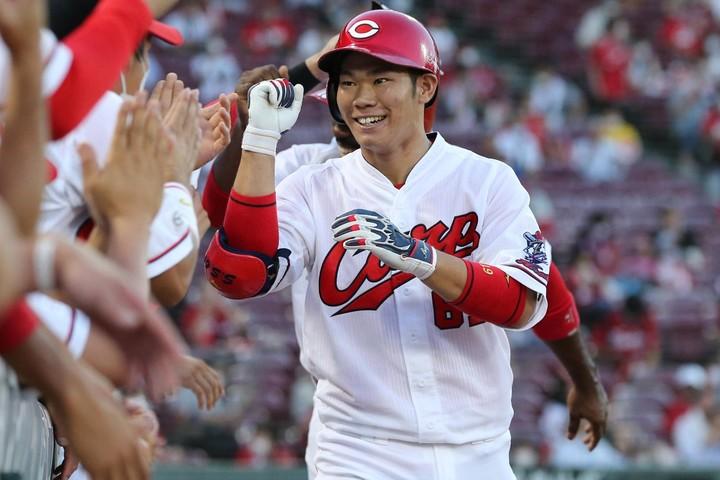 持ち前の打撃センスが本格的に花開きつつある坂倉。球界屈指の攻撃型捕手となる日も遠くなさそうだ。写真:産経新聞社