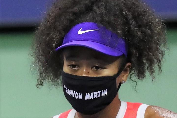 4回戦では、2012年フロリダ州で丸腰だったにもかかわらず、自警団に殺されたトレイボン・マーティンくんの名前のマスクをしていた大坂なおみ。(C)Getty Images