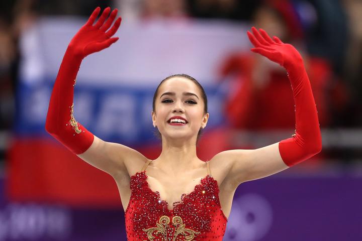 人気フィギュアスケート番組の司会を務めるザギトワ。レジェンドの娘と撮影した2ショットが話題だ。(C)Getty Images