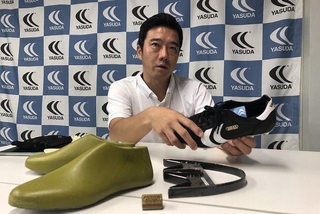 代表取締役の佐藤。最新モデルには木型(写真手前左)と金型を一新するなど大幅な改良を施している。