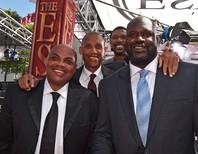 NBA解説者として共演するシャック(右)とバークレー(左)。現役時代には乱闘劇を起こしたが、ある人物の仲裁ですぐに和解したという。(C)Getty Images