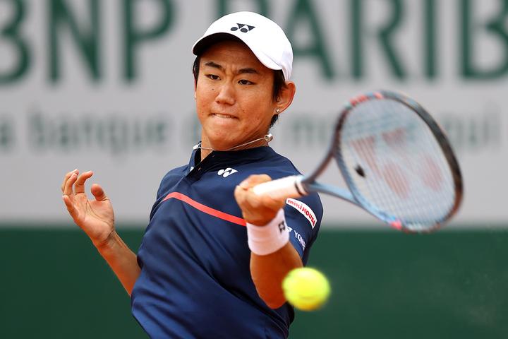 勢いに乗る若手選手を相手に、持ち前の高いテニスIQを見せつけた西岡。(C)Getty Images