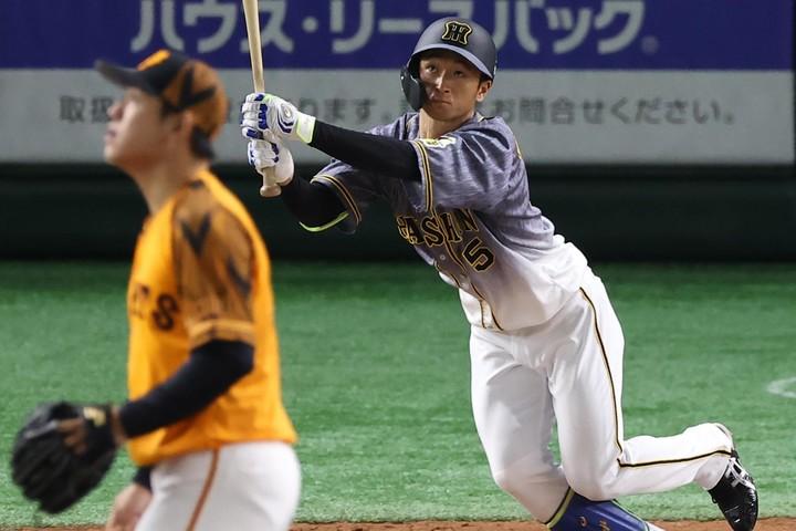 近本は今季の巨人戦で打率1割台ながら5本塁打を放っている。写真:産経新聞社
