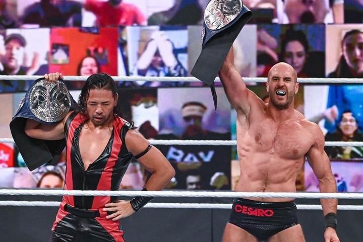 見事な連携技でスマックダウンタッグ王座の防衛に成功した中邑&セザーロ。(C)2020 WWE,Inc. All Rights Reserved.