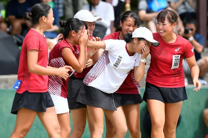 早稲田実業が女子団体戦で初優勝。みんなが駆け寄りうれし涙を流した。写真:金子拓弥(THE DIGEST写真部)