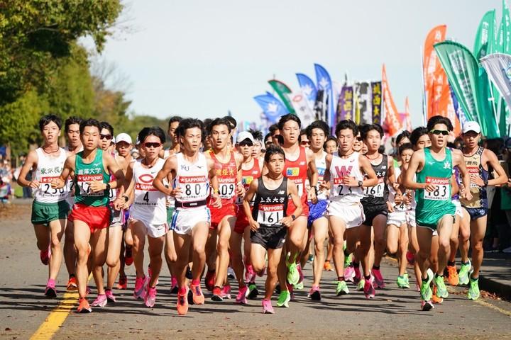 昨年の予選会の様子。今年は17日に箱根出場権をかけ各校がぶつかり合う。写真:産経新聞社