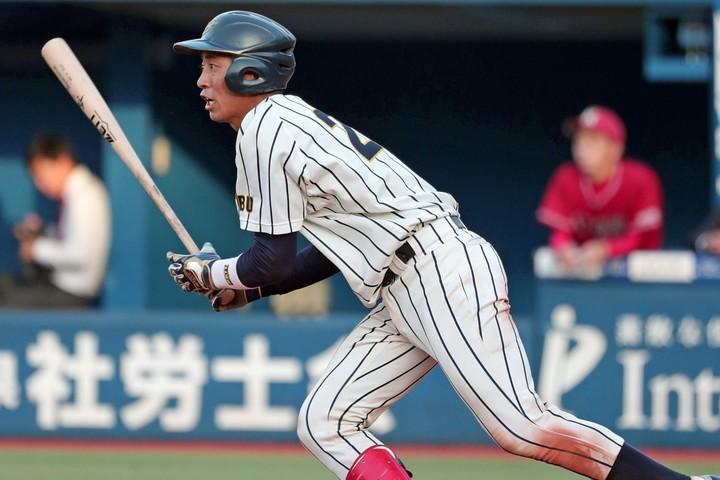 大学球界屈指の強打に加え、遊撃も守れる器用さも古川の魅力だ。写真:産経新聞社