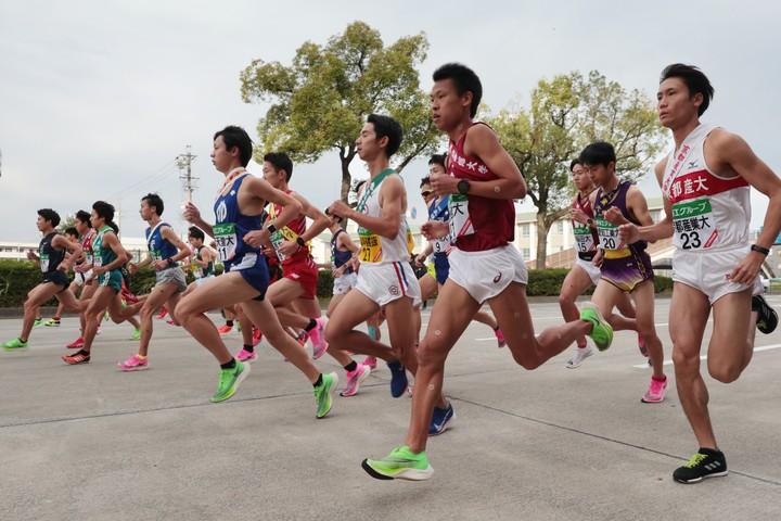 昨年の全日本大学駅伝の様子。アンカー勝負を制した駒澤大が優勝。写真:朝日新聞社