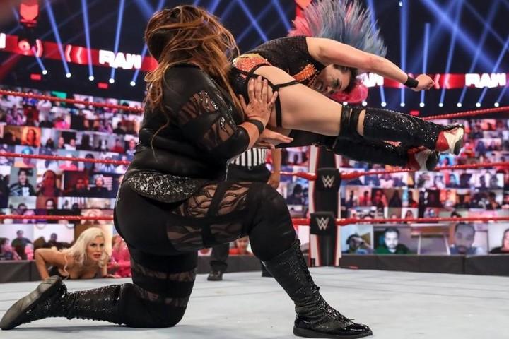 アスカは体格差をものともせず、ナイアを攻め立てた。(C)2020 WWE,Inc. All Rights Reserved.