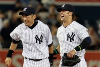 イチロー(左)と談笑するスウィッシャー(右)。彼は陽気な性格でチームを盛り上げるムードメーカーだった。(C)Getty Images