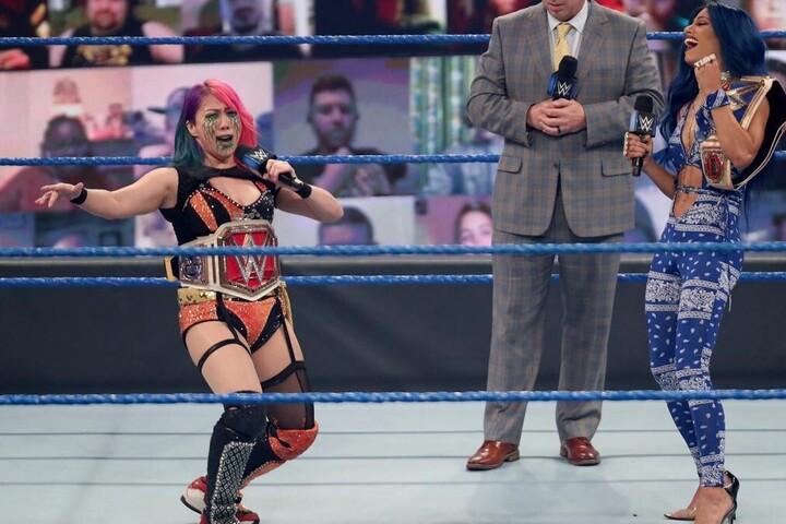 スマックダウンのリングで王者対決を前にサーシャと戦うことが決定したアスカ。(C)2020 WWE,Inc. All Rights Reserved.