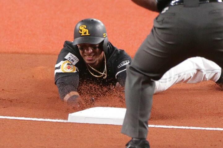 試合開始直後からヘッドスライディングを決めて、ユニフォームは泥だらけ。だが、それが全力プレー男グラシアルの持ち味なのだ。写真:塚本凛平(THE DIGEST写真部)