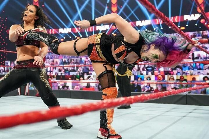 アスカvsラナとの対戦だったはずが、シェイナ&ナイアが解説席から挑発し、急きょタッグマッチに切り替わった。(C)2020 WWE,Inc. All Rights