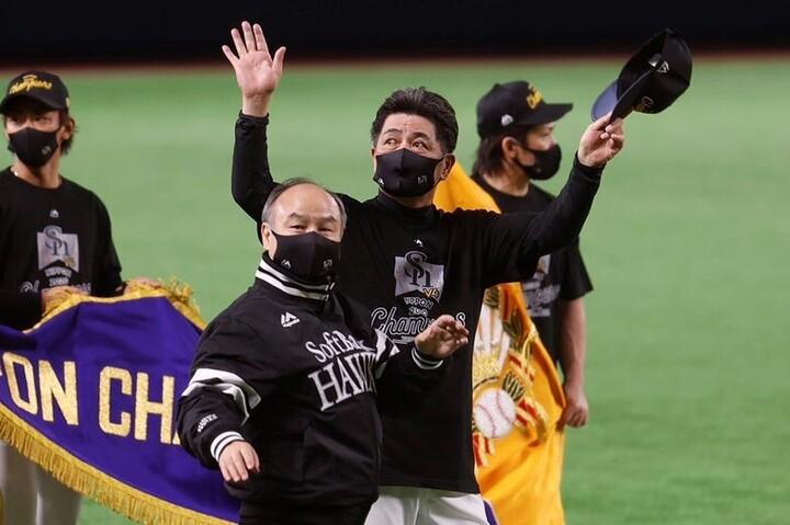 """選手たちを""""信頼""""して4連覇を勝ち取った工藤監督(写真中央)。ソフトバンクを強くしているのはこの信頼かもしれない。写真:田口有史"""