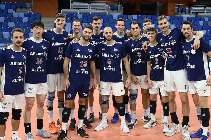 チーム全員が右頬に赤いペイントをして試合に臨んだミラノ。(C)Powervolley Milnano