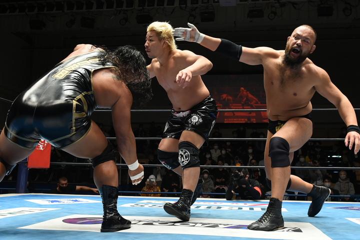 オーカーンとコブ組がEVIL&裕二郎に勝利。THE EMPIREは今後新たな展開を生んでいきそうだ。(C)新日本プロレス
