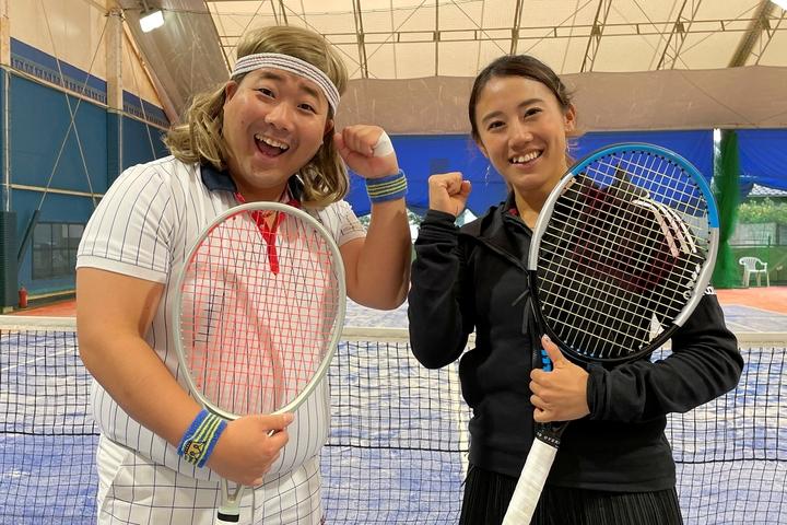 """加藤未唯(右)と共に和歌山のクリニックに登場したバモス!わたなべ(左)。そのいでたちはもちろん""""ボヨン・ボルグ""""だ。写真:内田暁"""