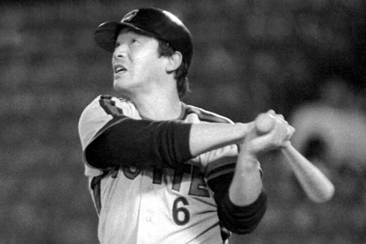 80年代にシーズン50本塁打を記録したのは、ランディ・バース(阪神)と落合(写真)だけ。まさに史上有数のスラッガーだった。写真:産経新聞社