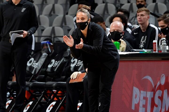 代理ではあるが、初の女性HCとしてチームの指揮を執ったハモン。NBAの歴史に新たな1ページが刻まれた。(C)Getty Images