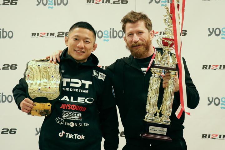 堀口は、信頼するトレーナー、マイク・ブラウン氏とともに勝利を喜んだ。写真:THE DIGEST
