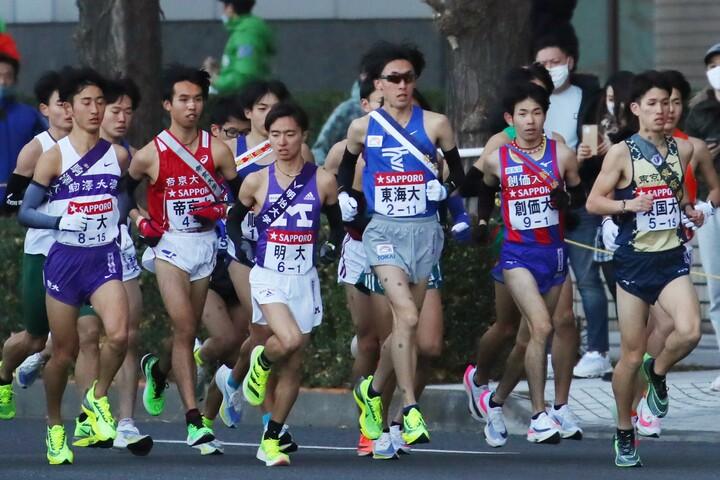 1区を走る選手たち。区間賞は法政大の鎌田航生。写真:アフロ