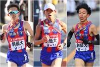 箱根駅伝で準優勝に輝いた創価大の選手たち。左から石津佳晃(9区)、嶋津雄大(4区)、三上雄太(5区)。写真:JMPA
