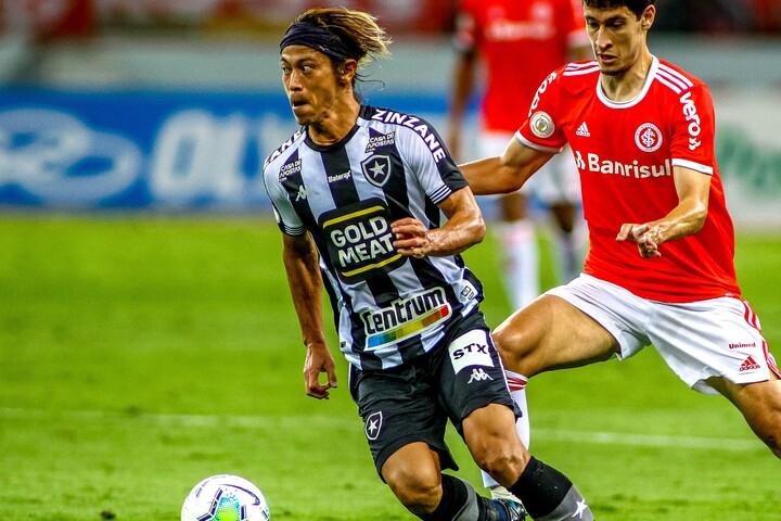 元ブラジル代表のカルロス・アウベルトは、「常に自陣で後方か横にボールを出すばかり」と本田を批判した。(C)Getty Images