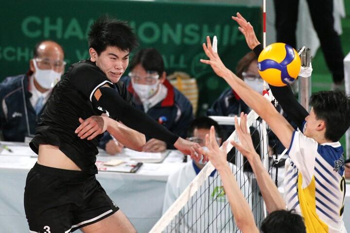 東福岡の優勝に貢献した柳北悠李がスパイクを放つ様子。写真:産経新聞社