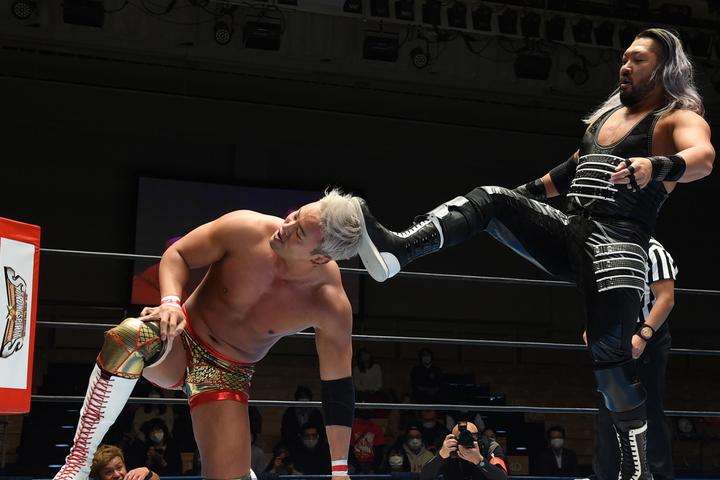 オカダは暴走するEVILとの再戦で離れたファンを戻そうと声を上げた。(C)新日本プロレス
