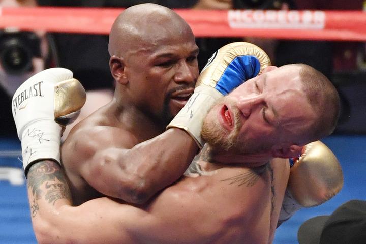17年の対戦ではメイウェザーが10回1分5秒TKO勝ちを収めた。(C)Getty Images