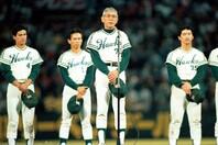 いつも笑顔を絶やさず「球界の紳士」と呼ばれた杉浦(中央)。現役時代は通算187勝という輝かしい成績を残した。写真:産経新聞社