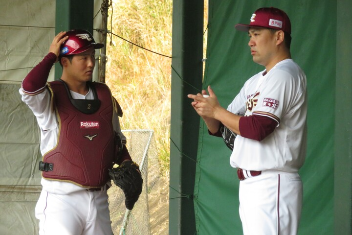 ブルペン入りした田中は、太田に「際どいところをきっちり取ってもらえるようなキャッチングをしてくれたらいい」と伝えた。写真:岩国誠