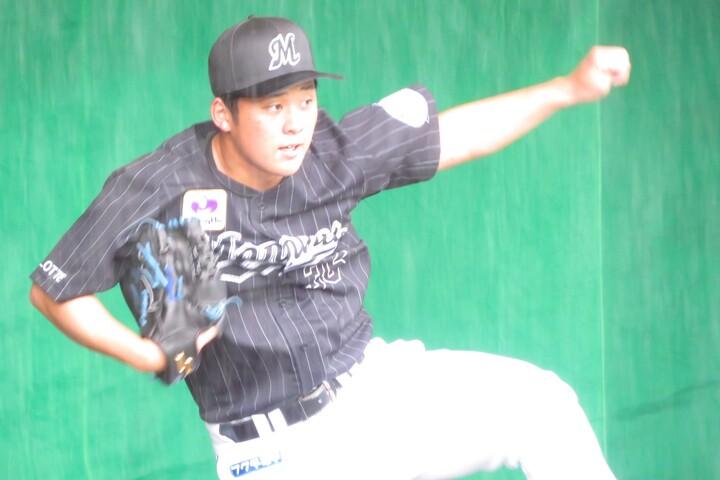 鈴木はクイックモーションでの投球も惜しみなく披露した。写真:岩国誠