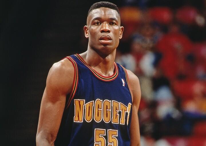 1991年のドラフトでナゲッツに指名されたムトンボは1年目から主力として活躍。218㎝の高さを生かしたブロックは相手チームの脅威となった。(C)Getty Images