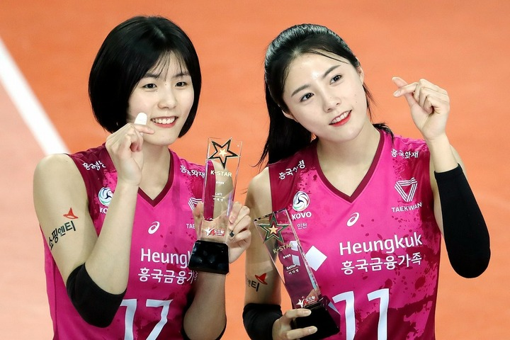 人気者だったイ・ジェヨン(左)とイ・ダヨン(右)の双子姉妹。彼女たちのキャリアは完全に閉ざされてしまうのか。(C)AFLO