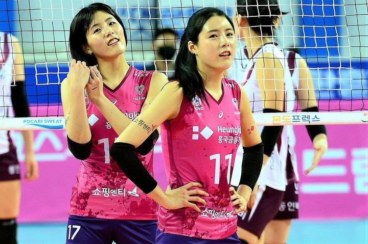 イ・ジェヨン(奥)とダヨン(手前)の双子姉妹。いまや韓国の大騒動は世界でも話題となっている。(C)AFLO