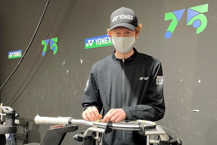 大坂なおみのストリングを張るトーマス・スティルウェル氏。写真:内田暁