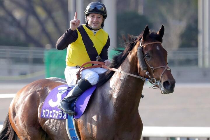ルメール騎手は「今日は本当のカフェファラオの姿を見せてくれました」と手応えを語った。写真:産経新聞社