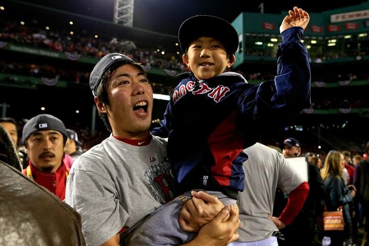 2013年のポストシーズンで父親と同じくらい注目を集めた一真くん。現在は魔球カーブを操る左腕投手としても脚光を浴びている。(C)Getty Images