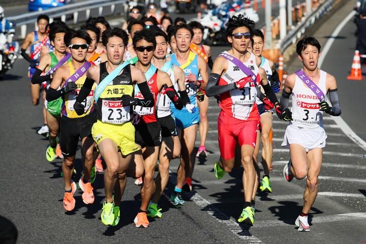実業団日本一を決めるニューイヤー駅伝の様子。写真:産経新聞社